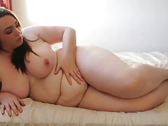 Plumper chick touches to